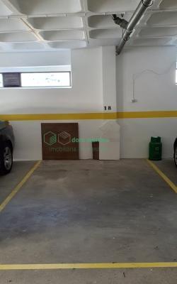 Lugar de parqueamento, em garagem fechada com portão automático.